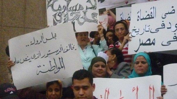 الناشطات يحتجون على موقف القضاة- صورة أرشيفية