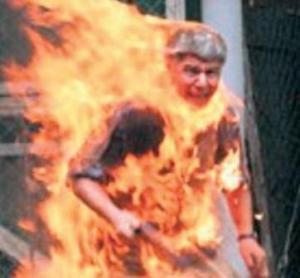 اشعل النار في نفسه ، فإشتعلت امه بالثورة