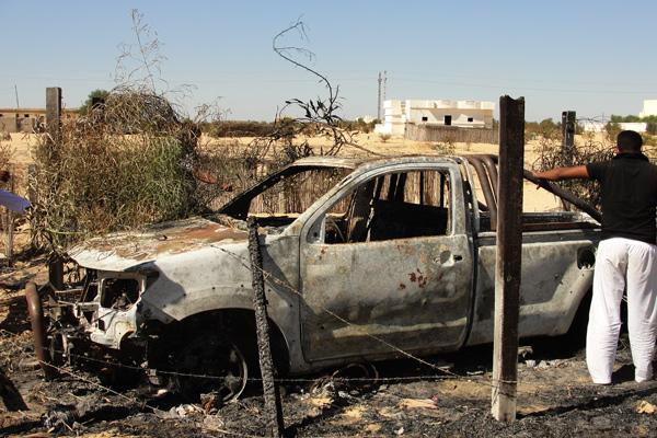 سيارة محترقة في جراجها بعد احدى العمليات العسكرية في قرية الظهيرة