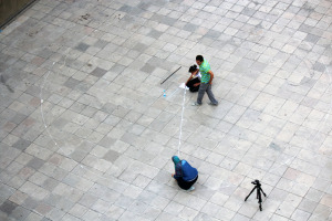 افراد المجموعه يقومون برسم تخطيط العمل الفني