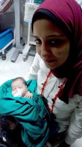 الطفلة صبا مع أحد الممرضات