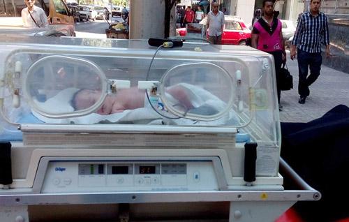 الطفلة صبا أثناء نقلها من المستشفى
